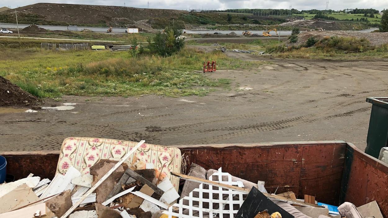 Un conteneur de déchets devant le site d'enfouissement technique de Rimouski.