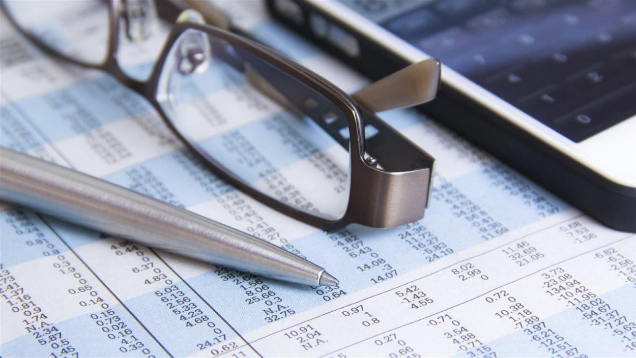 Crayon, lunettes, déclaration de revenus, téléphone mobile