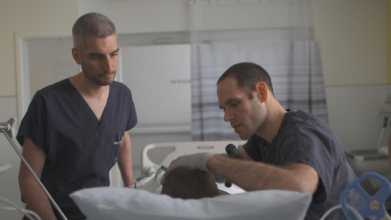 Des médecins procèdent à l'évaluation clinique d'un patient qui serait en état de mort cérébrale.