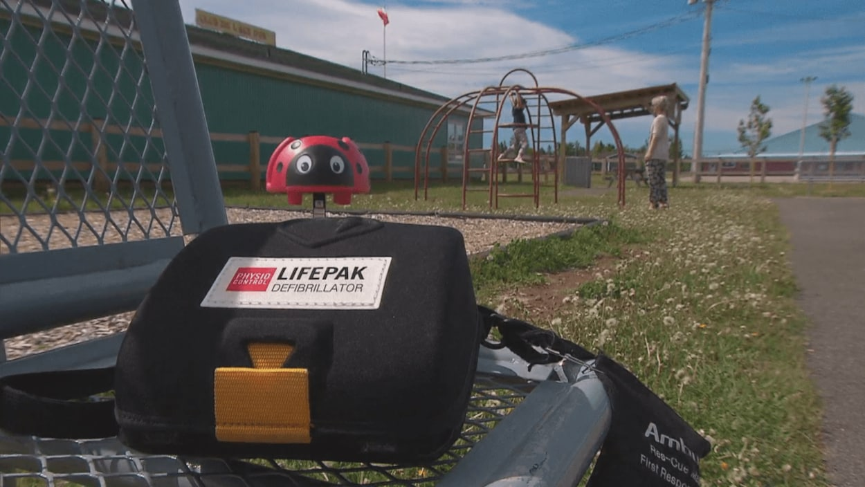 Un défibrillateur près d'un terrain de jeux.