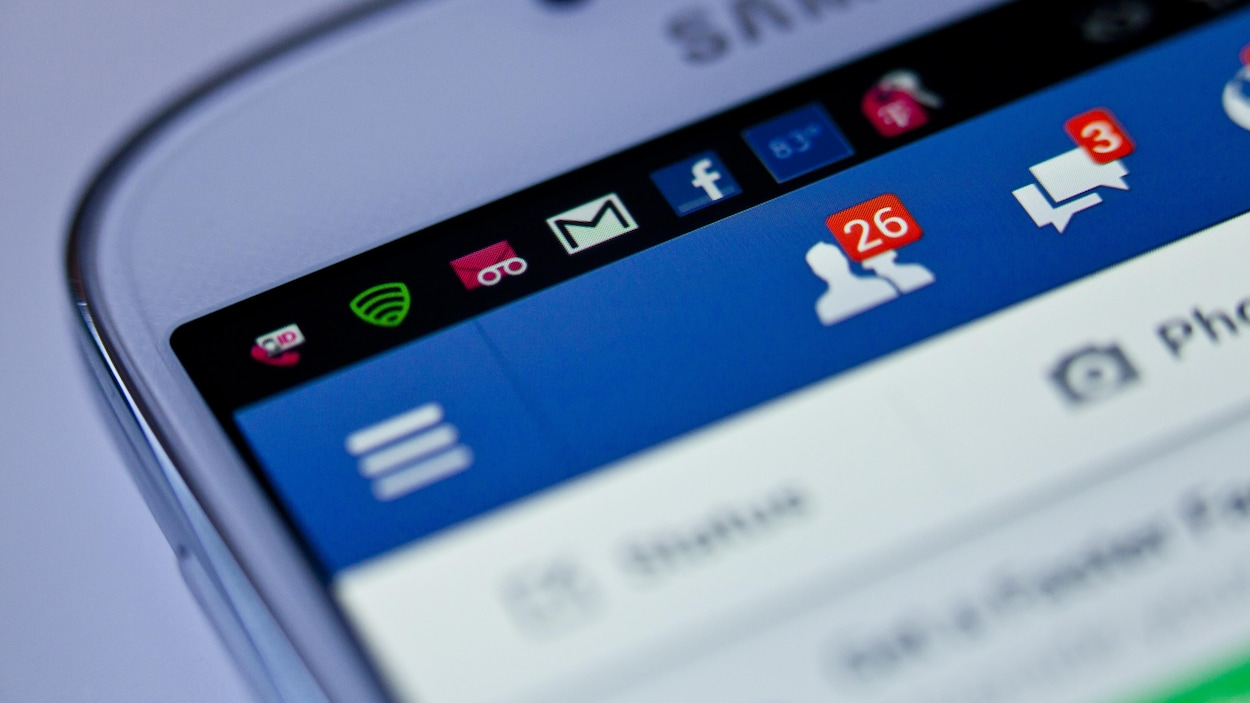 Nous voyons l'application Facebook sur un téléphone mobile. L'utilisateur a reçu 26 demandes d'amitié et 3 messages privés
