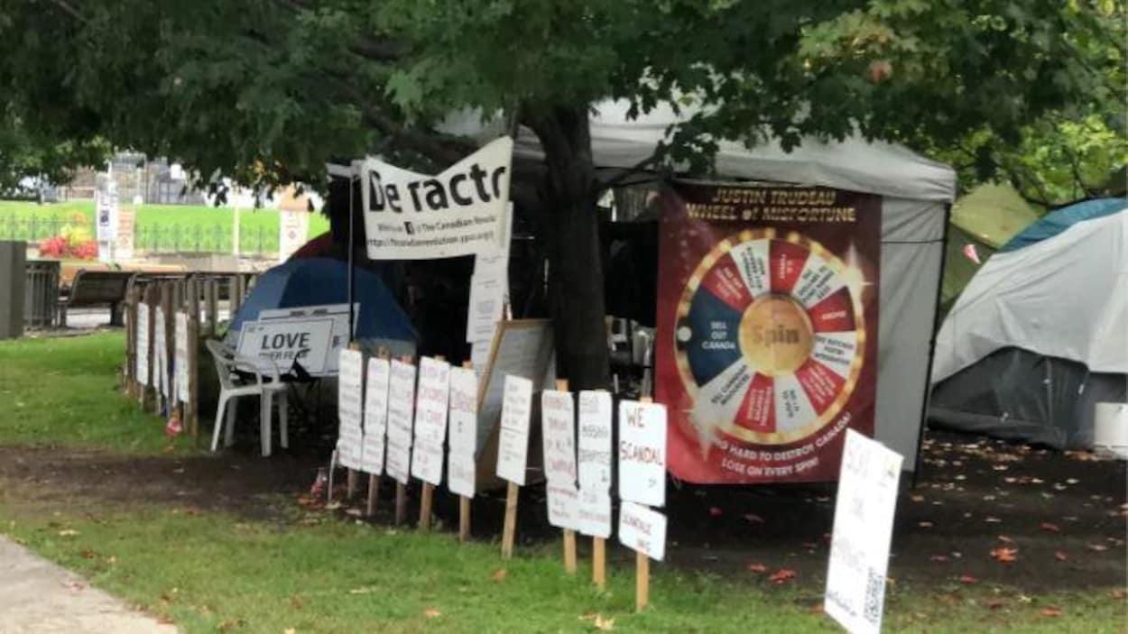 Le campement de tentes au parc de la Confédération à Ottawa.