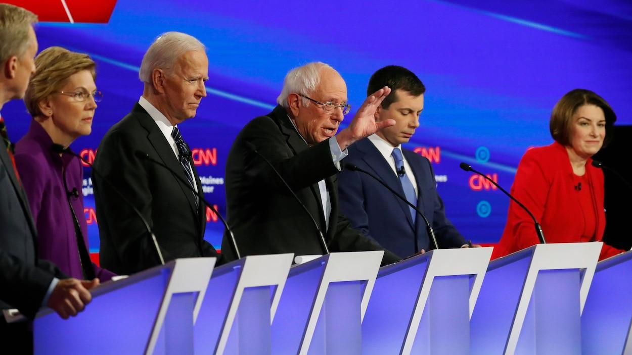 Les candidats démocrates derrière des lutrins lors d'un débat