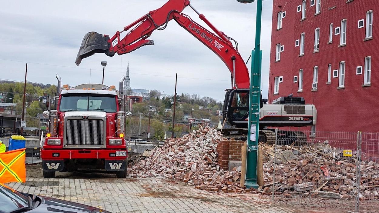 Des travaux de démolition qui se déroulent dans le cadre de la revitalisation de la rue Wellington Sud à Sherbrooke