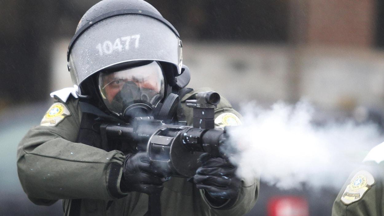 Un policier utilisant son arme