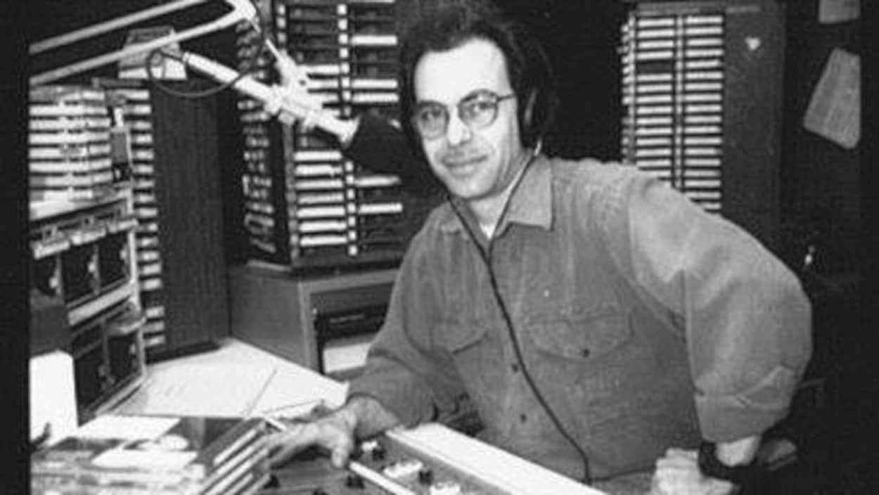 L'animateur de radio Denis Grondin, au micro de la station CKOI