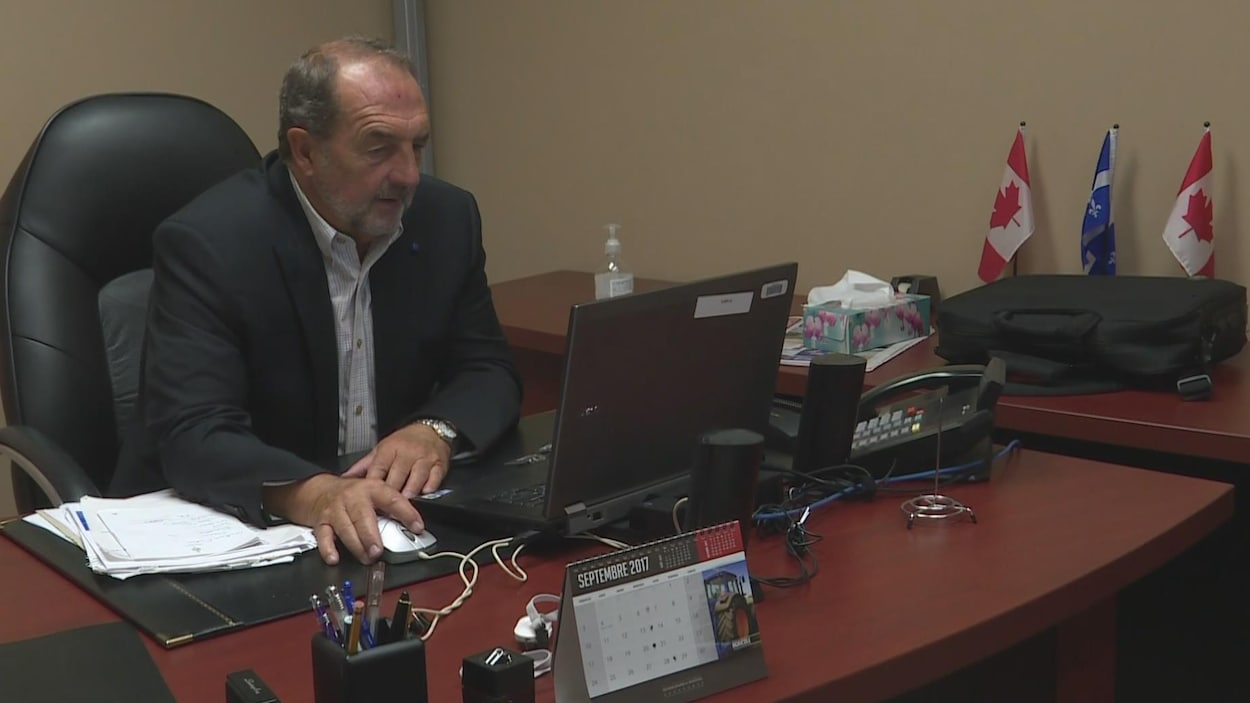 Denis Lebel dans son bureau de Roberval