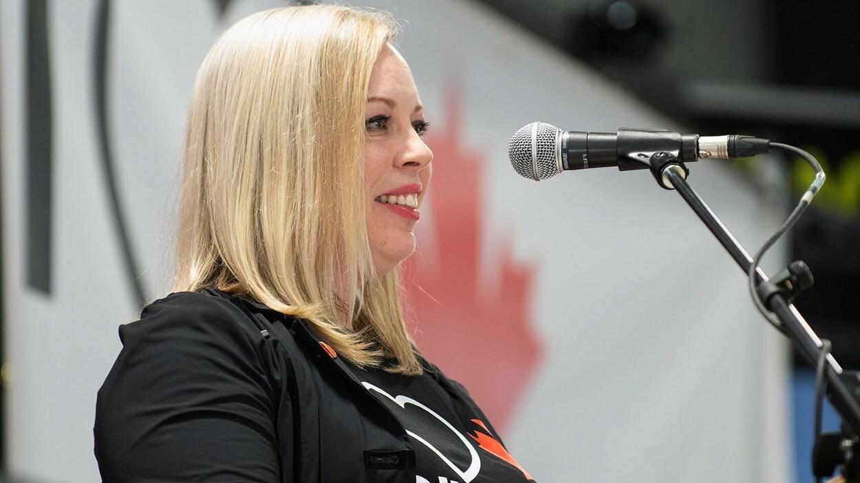Denise Batters portant le t-shirt « J'aime le pétrole et le gaz canadien ».
