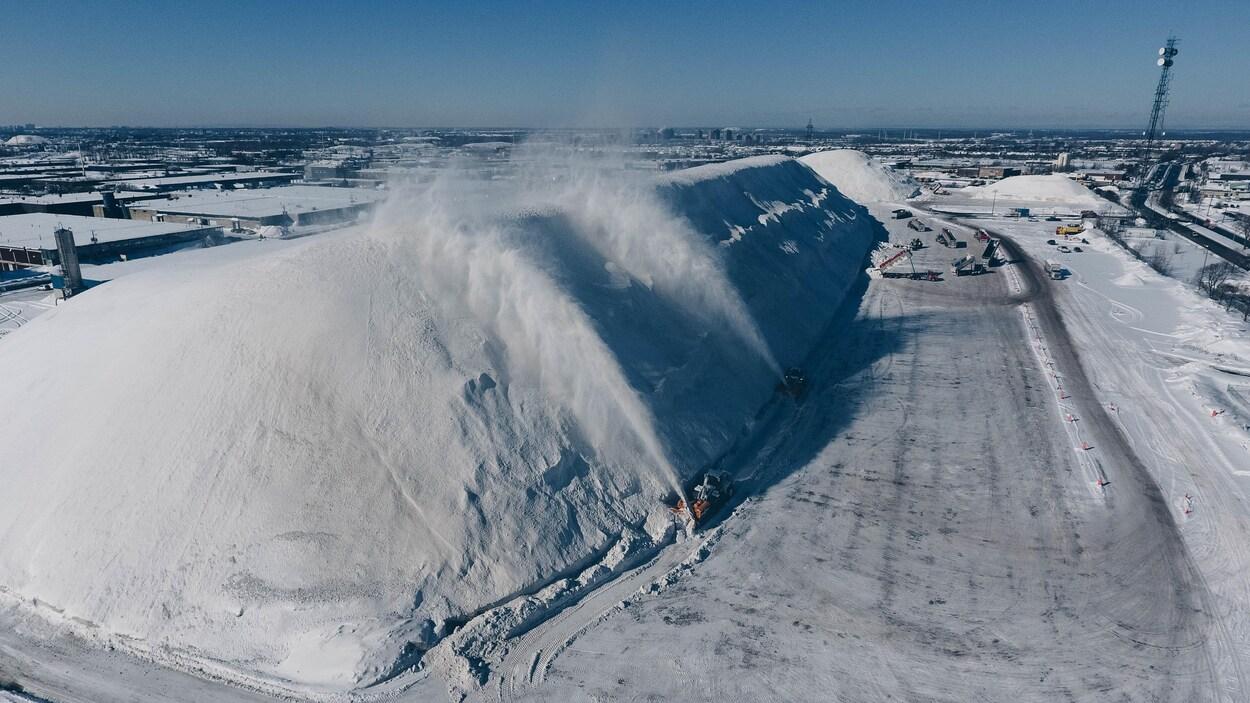 La neige accumulée dépasse de plusieurs fois la hauteur des souffleuses.