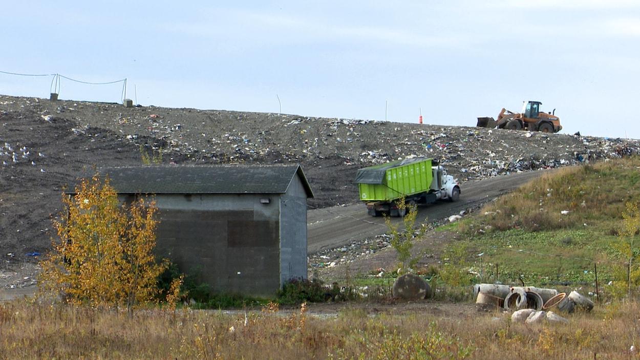Des compagnies privées s'occuperont de l'exploitation, de l'entretien général et de l'opération de la balance pour camion au lieu d'enfouissement technique de Rivière-du-Loup jusqu'en octobre 2023.