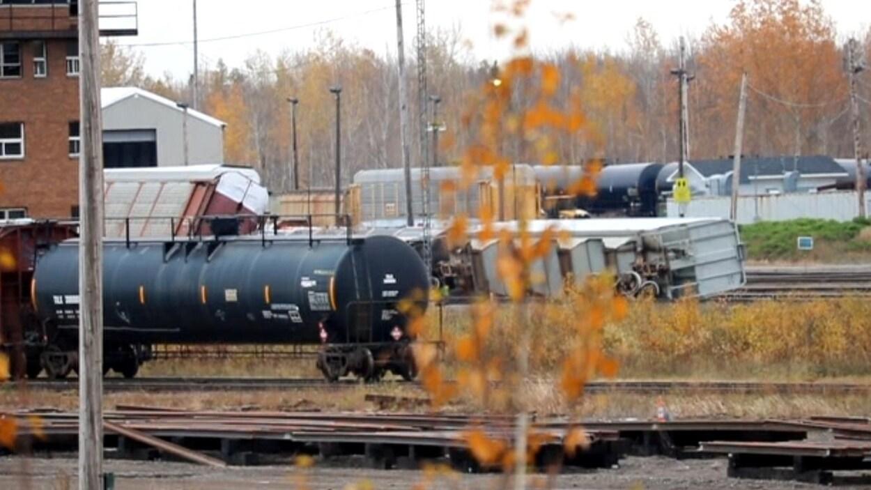 Deux wagons renversés sur les rails.