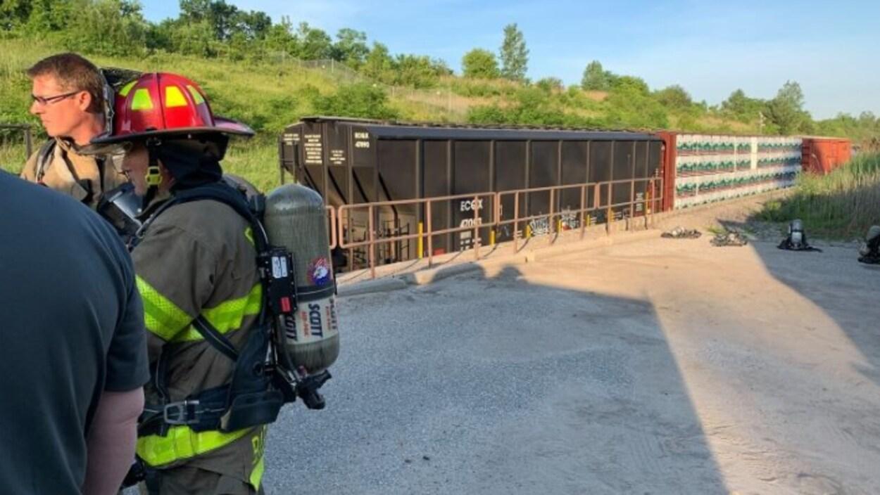Un pompier à proximité d'un convoi ferroviaire.