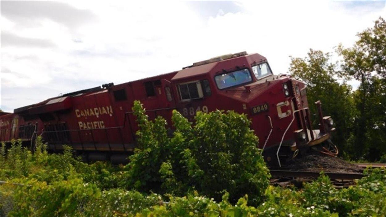 Une locomotive qui a déraillé.