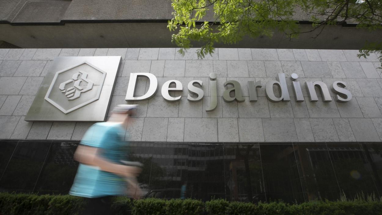 Le logo Desjardins sur une façade d'un établissement.