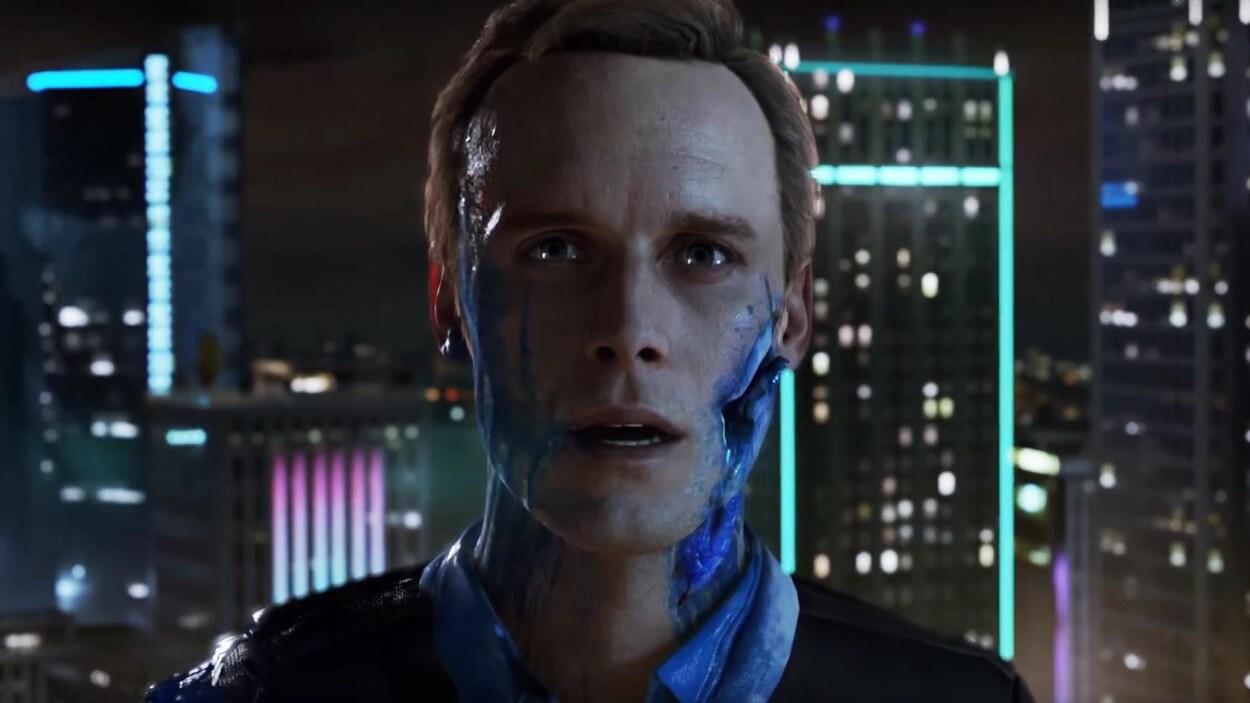 Une capture d'écran d'une bande-annonce du jeu  Detroit: Become Human  montrant un personnage humain à la mâchoire percée qui saigne du sang bleu.