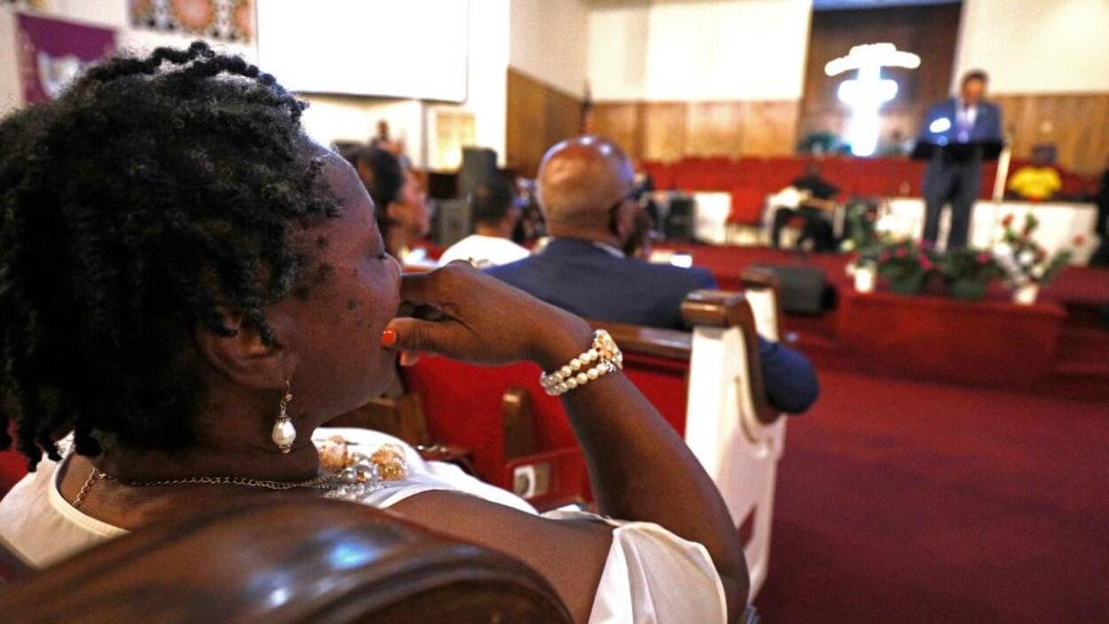 Des fidèles de l'église baptiste New Bethel de Détroit sont assis et écoutent l'éloge funèbre prononcé par le pasteur et militant pour les droits civiques Jesse Jackson.
