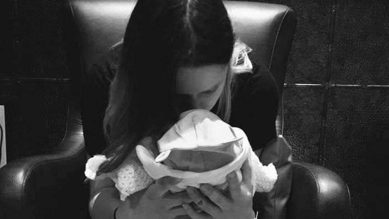 Une femme embrasse un bébé