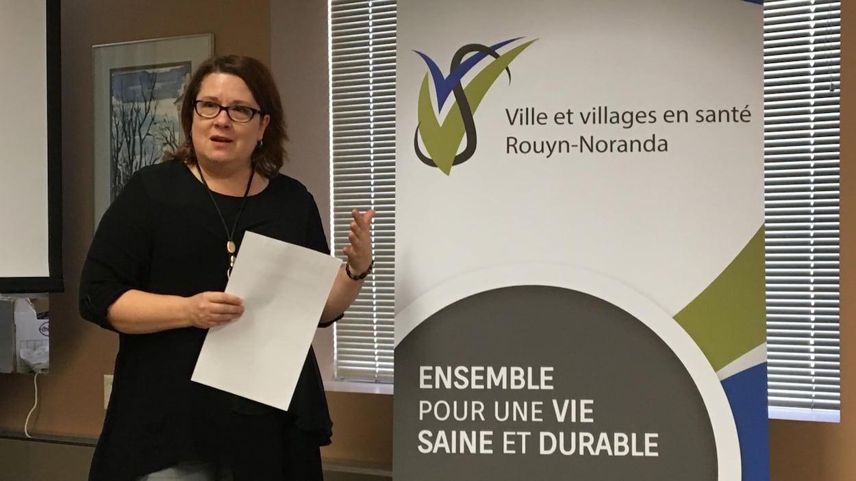 Dominique Morin présente le nouveau logo de Villes et villages en santé.