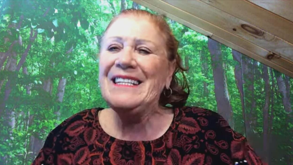 Diane Borgia accorde une entrevue sur son ordinateur.