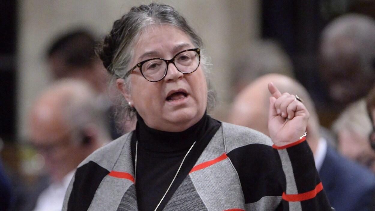 Diane Lebouthillier est debout à la Chambre des communes à Ottawa.