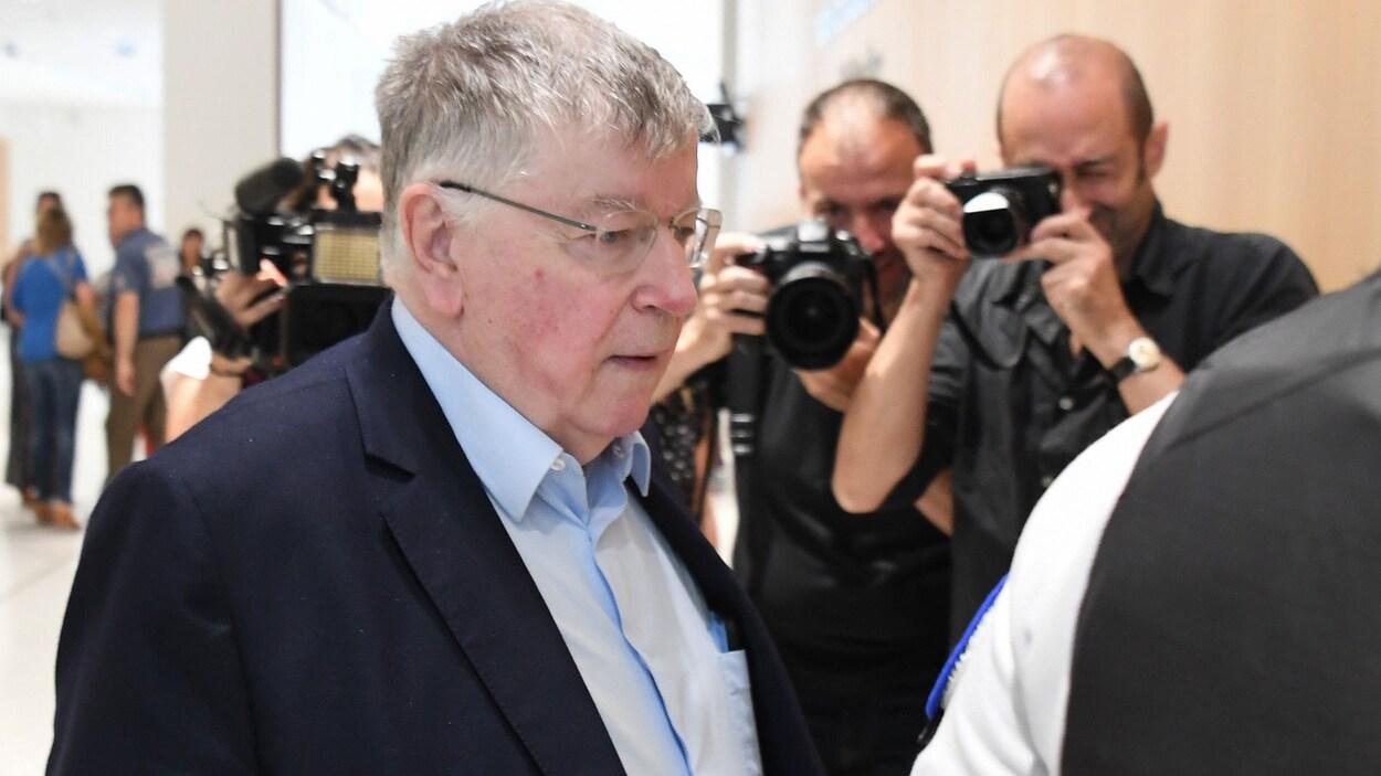 Didier Lombard est photographié à son arrivée au tribunal.