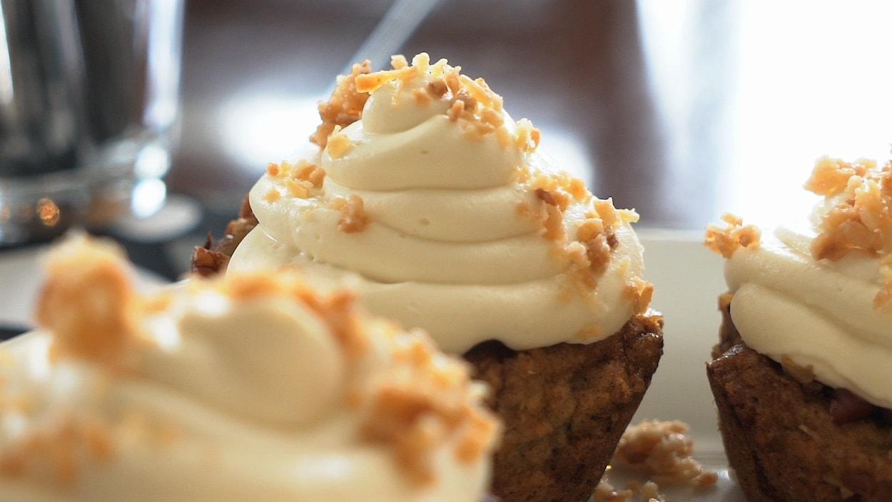 Des gâteaux surmontés de crème.