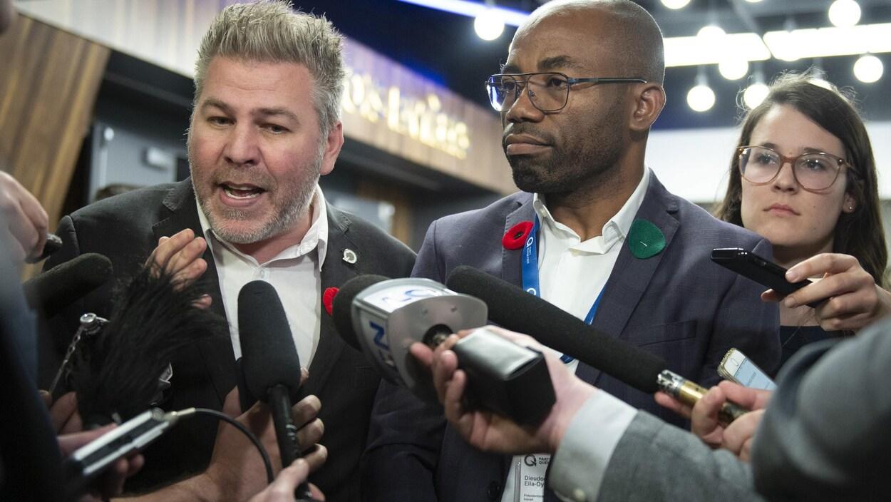 Le nouveau président du Parti québécois, Dieudonné Ella Oyono, entouré de Pascal Bérubé, et de la présidente de l'aile jeunesse du PQ, Frédérique St-Jean.
