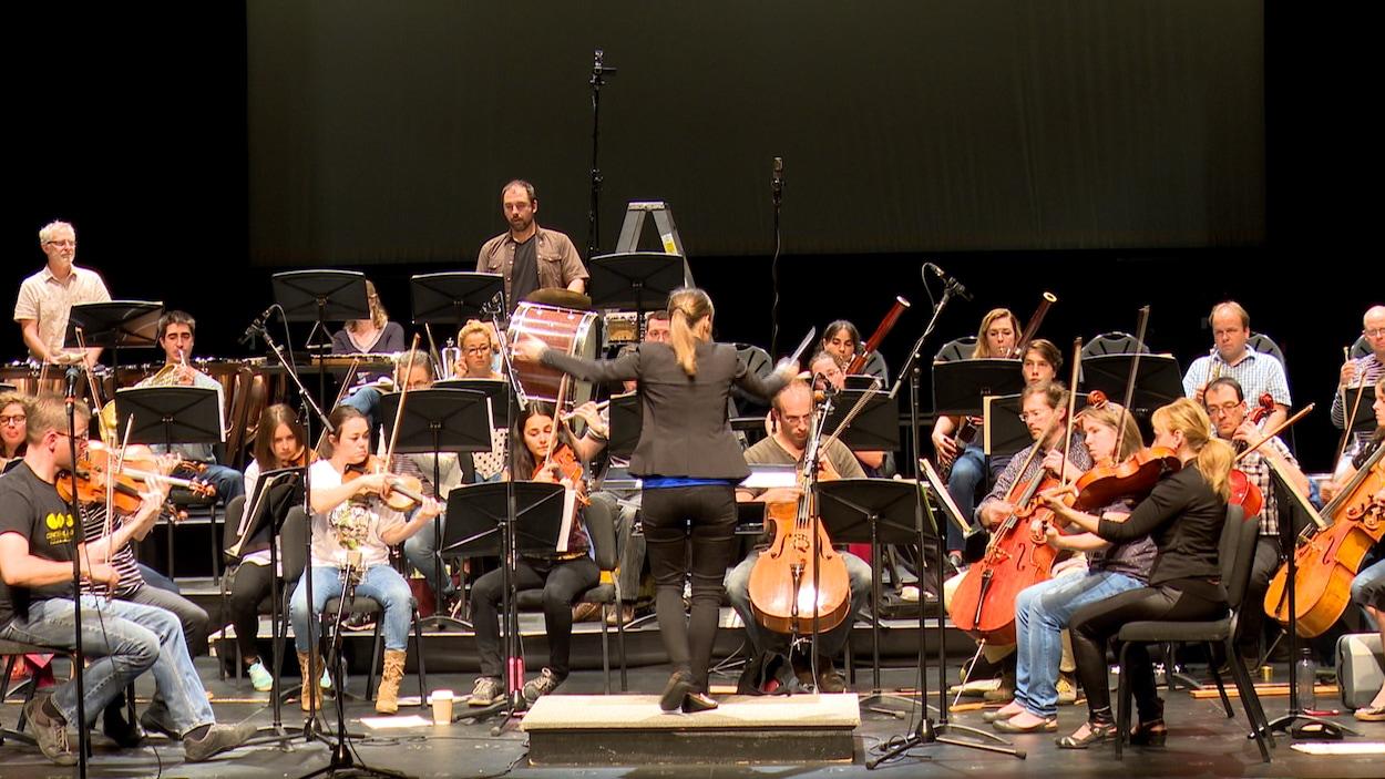 L'Orchestre symphonique de l'Estuaire répète les pièces qui seront interprétées lors du premier concert de la saison.