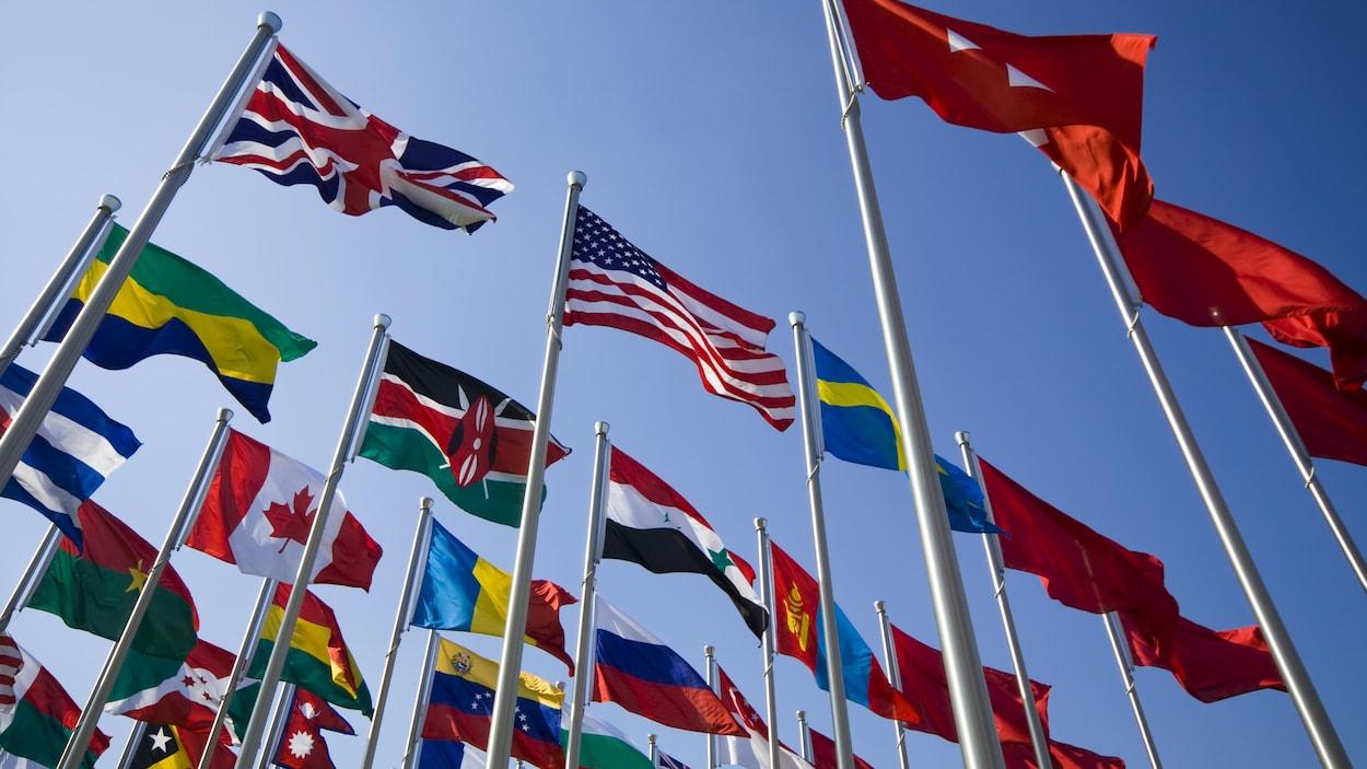 Les drapeaux de quelques dizaines de pays.