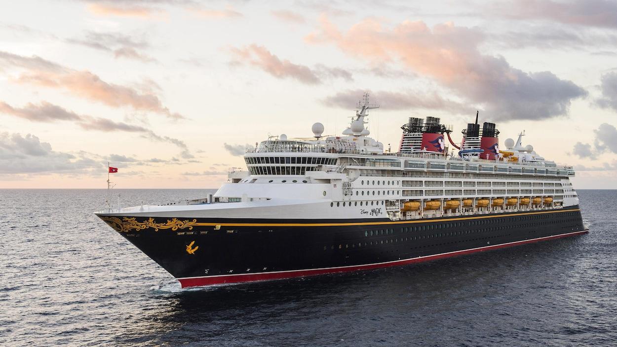 Le navire de Disney sur l'eau