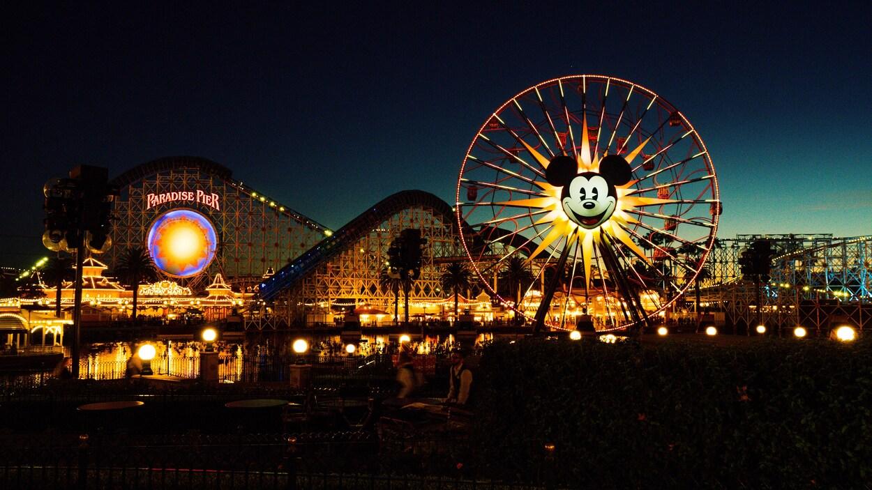Le parc d'attractions Disneyland, de nuit.