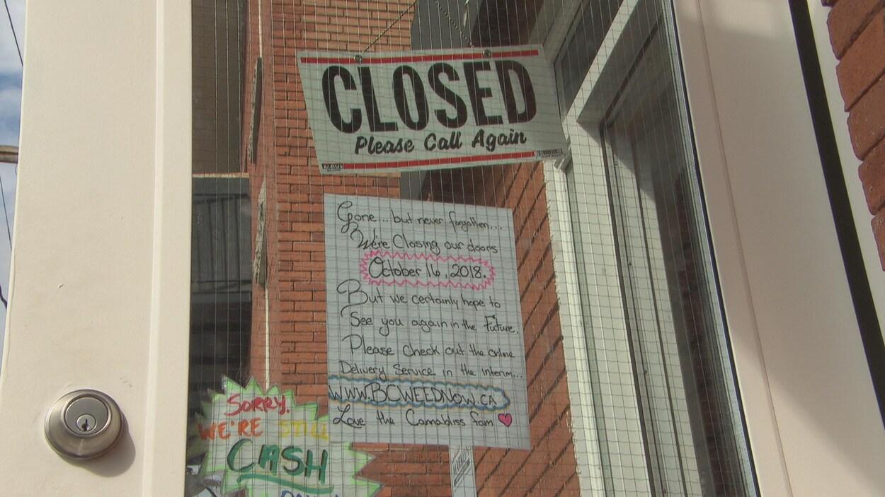 Une affiche de fermeture d'un dispensaire de cannabis à Ottawa.