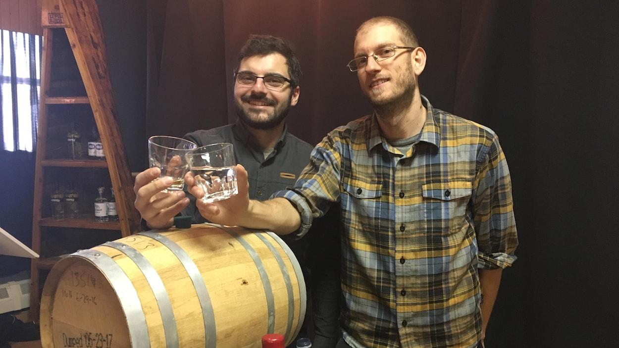Jean-Philippe Roussy et Jonathan Couturier de la distillerie Mariana se lancent dans la production d'un whisky de malt.