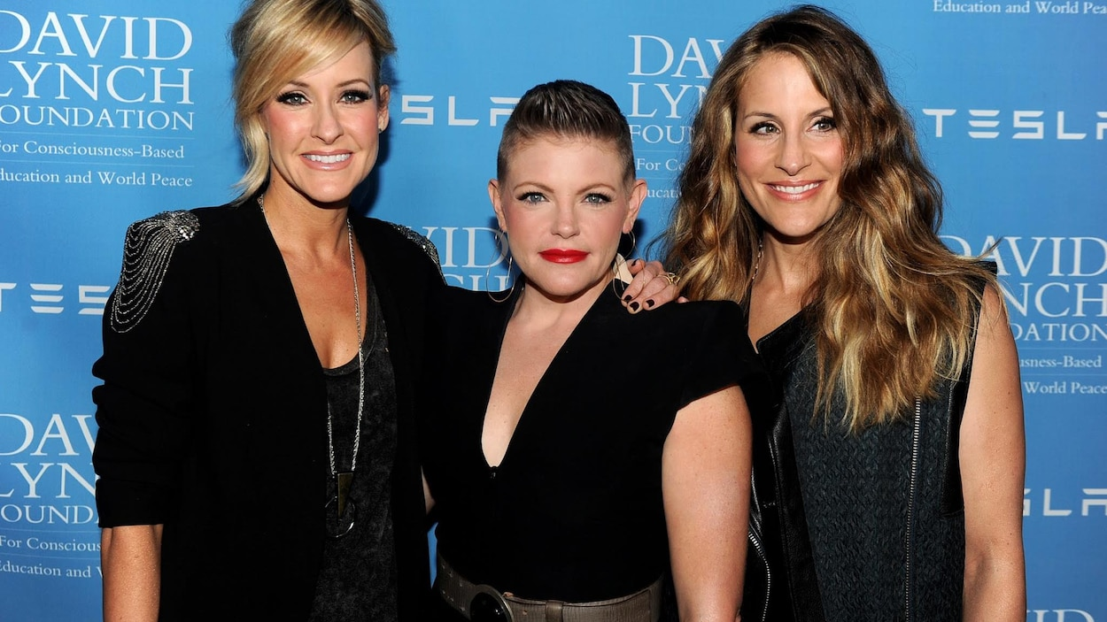 Les Dixie Chicks sourient.