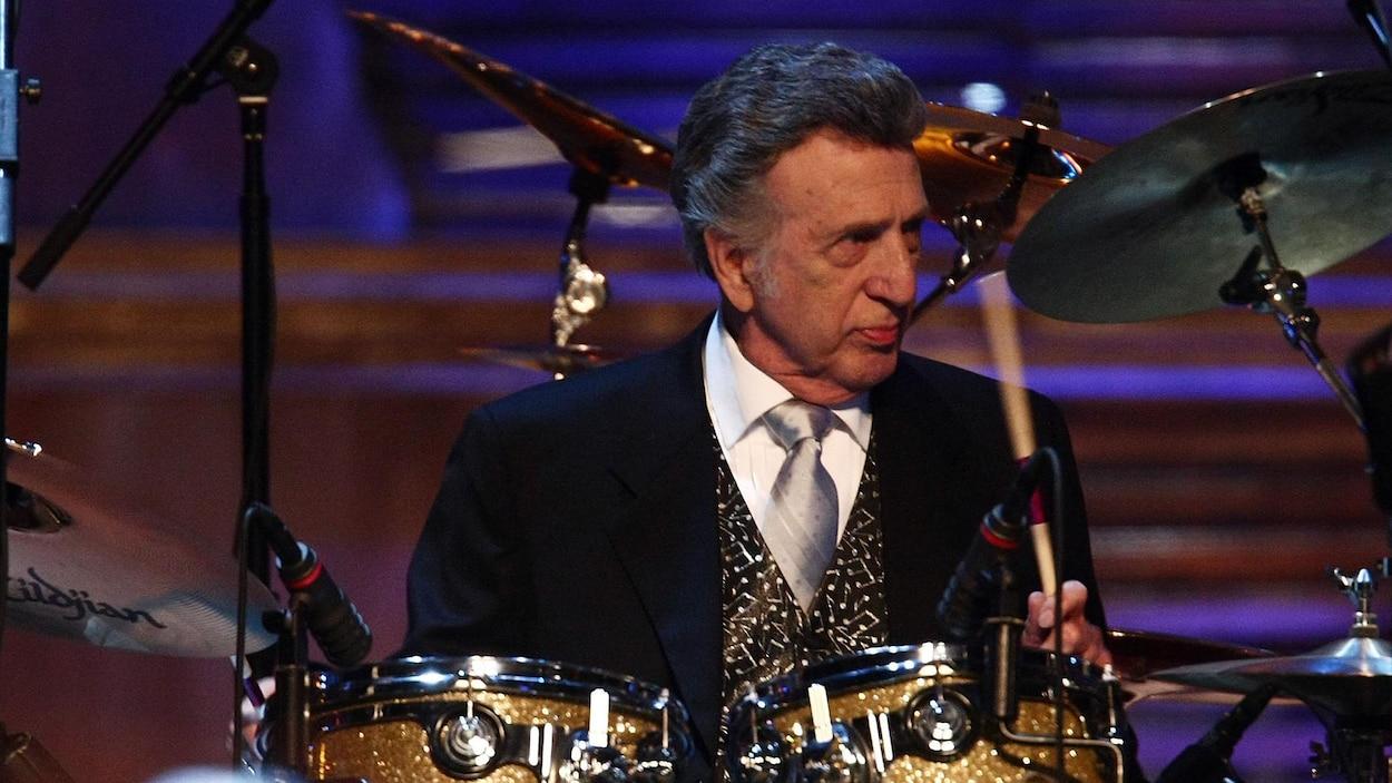 D.J. Fontana joue de la batterie