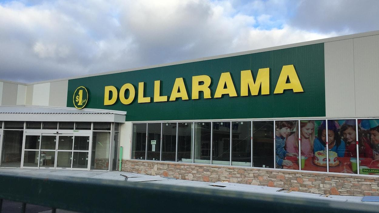 Le Dollarama aura mis du temps à revenir à Elliot Lake... Il est le dernier magasin à s'installer à la Plaza Pearson.