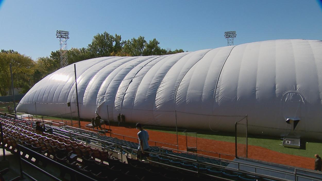 Vue sur le dôme du stade Canac depuis les gradins longeant la ligne du troisième but.