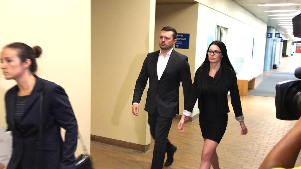 Dominic Lacroix et sa conjointe Sabrina Paradis-Royer au palais de justice de Québec.