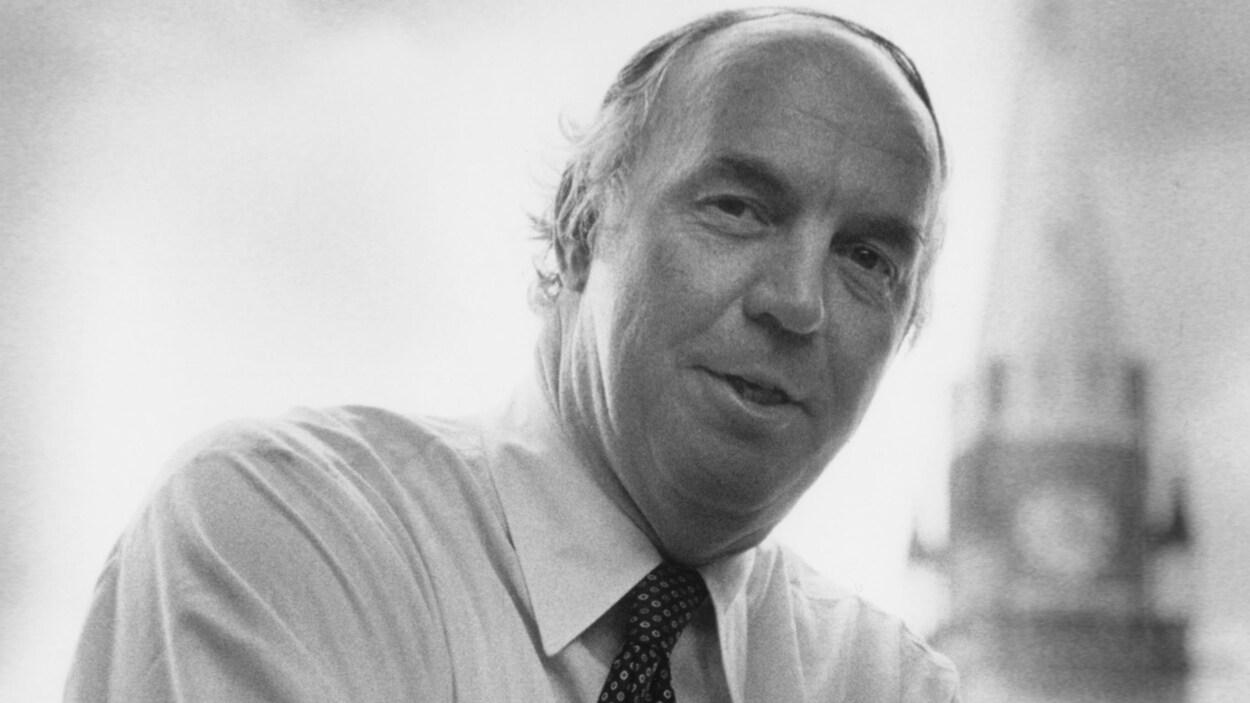 Photo en noir et blanc, datant de 1983, montrant l'ancien ministre libéral Donald Macdonald.