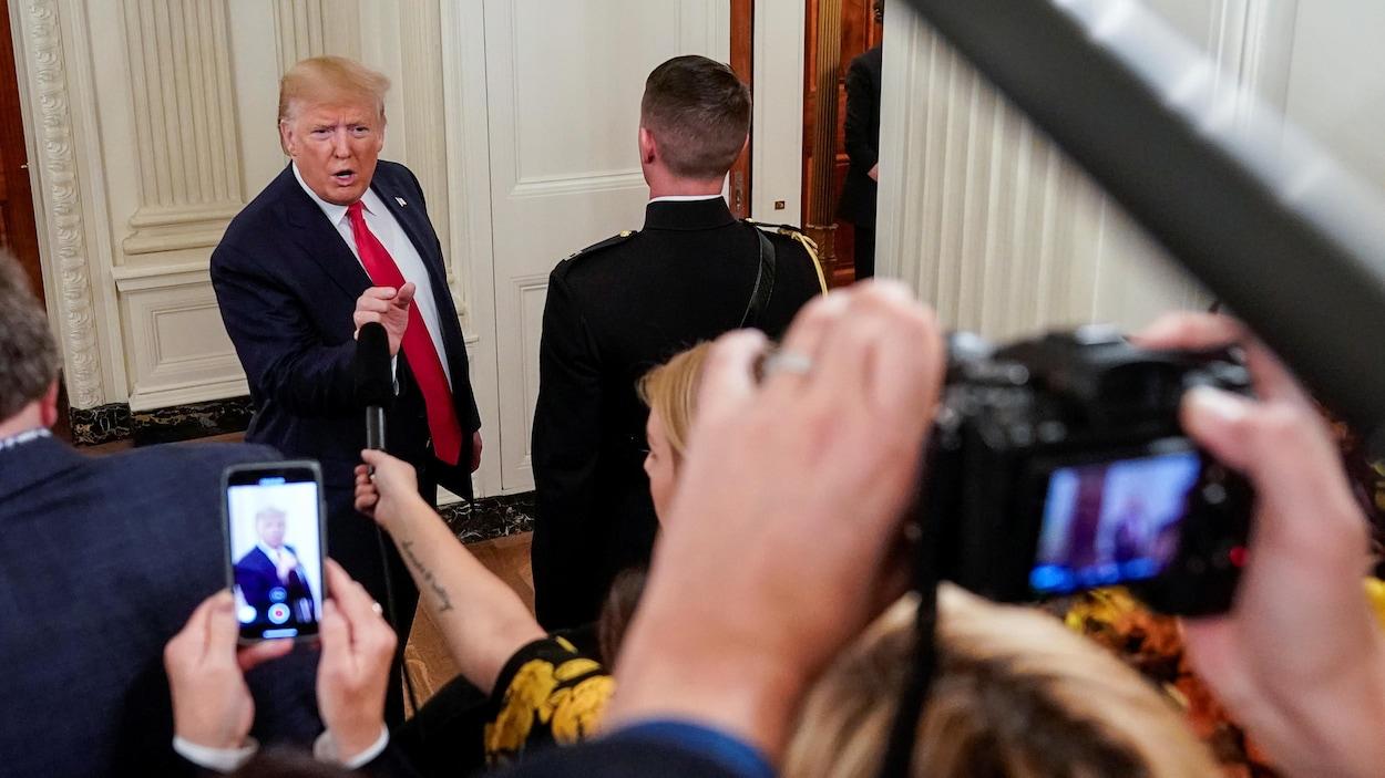 Donald Trump s'adresse à un groupe de journalistes.