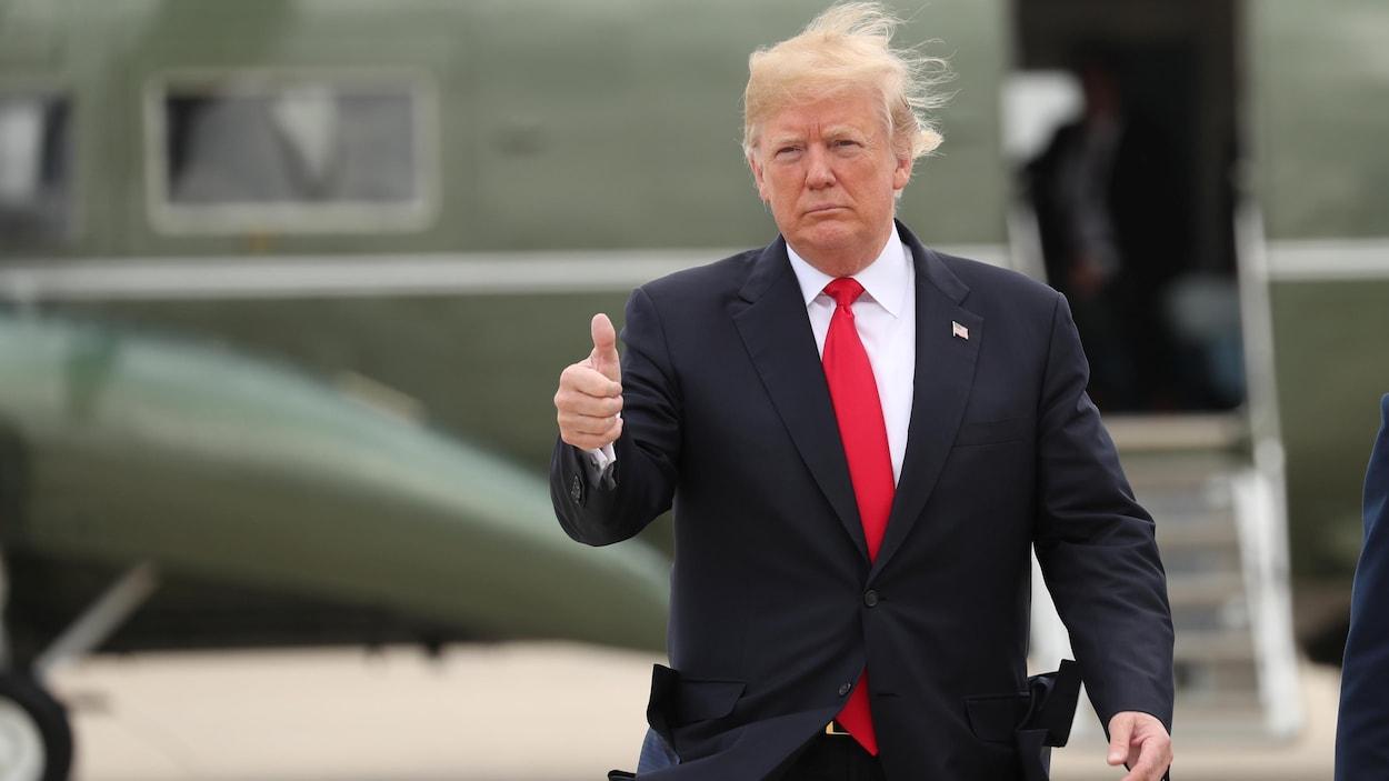 Donald Trump s'apprête à embarquer dans l'avion présidentiel.