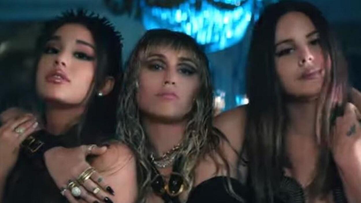 Les trois femmes portent des ailes noires.