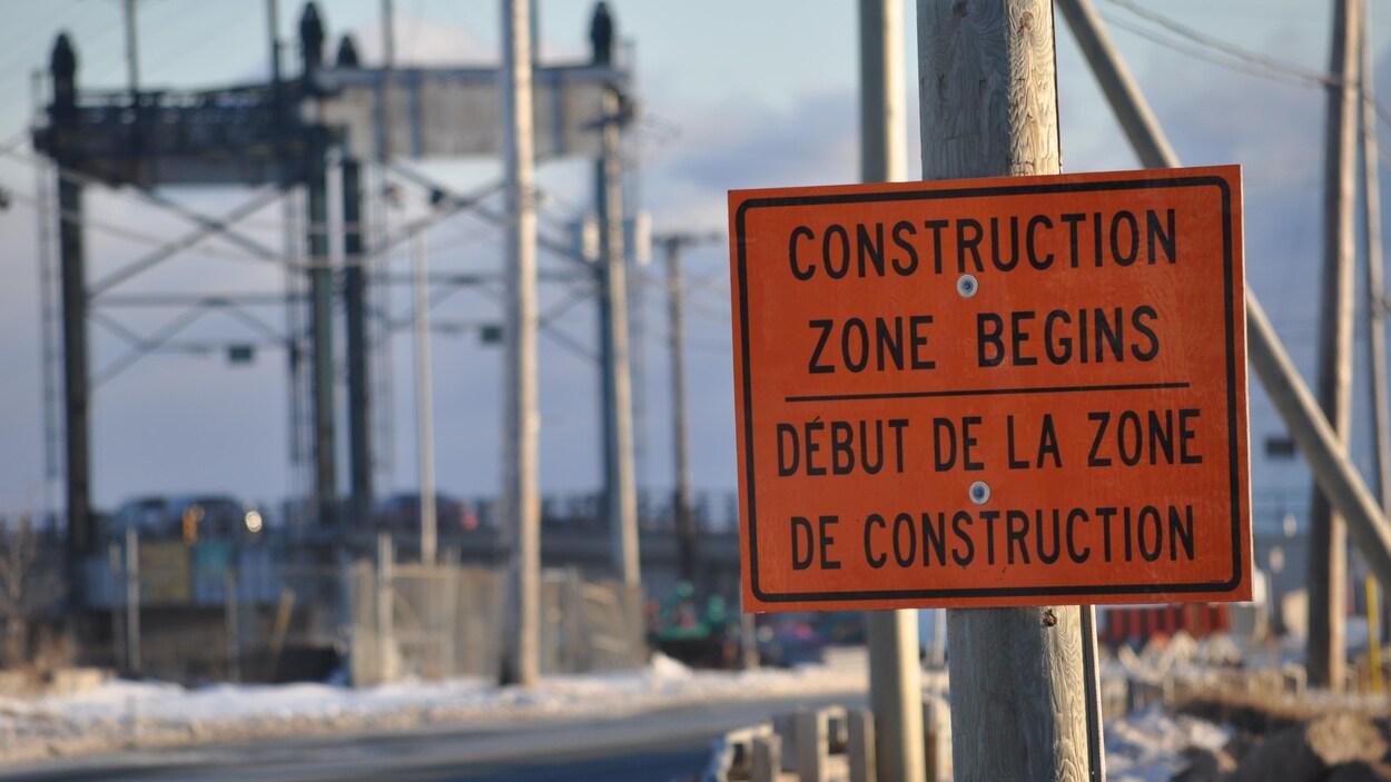 Photo d'une affiche nous indiquant le début d'une zone de construction sur le pont de Shippagan.