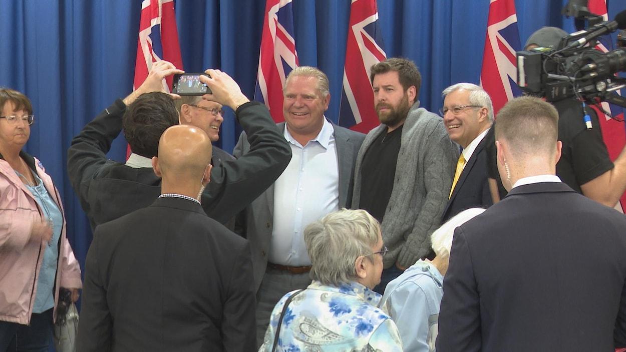 Doug Ford entouré de membres du parti ayant pris part au rassemblement de North Bay.