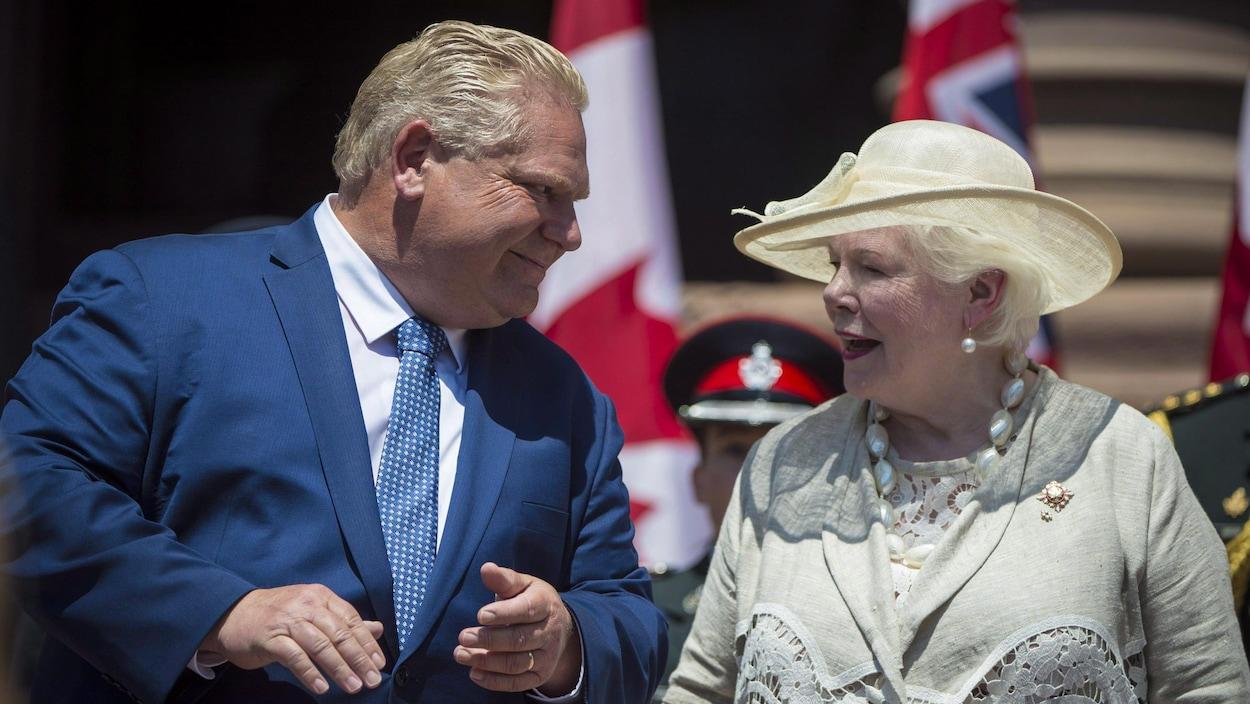 Doug Ford regarde la lieutenante-gouverneure dans les yeux.