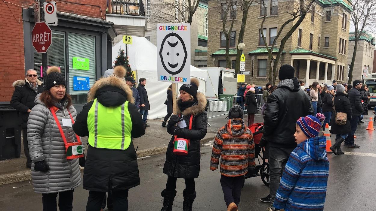 Des gens collectent de l'argent dans une rue.