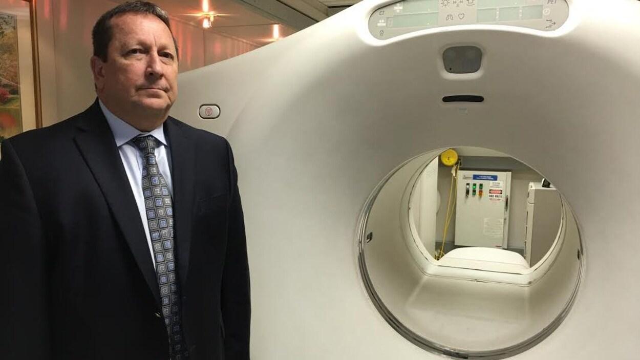 Le Dr Kevin Stacey devant un appareil TEP.