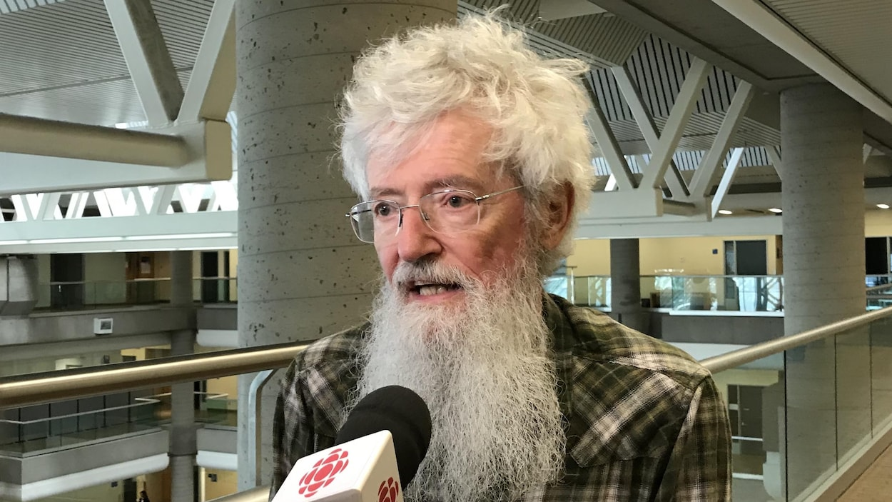 Le Dr Mailloux devant un micro de Radio-Canada