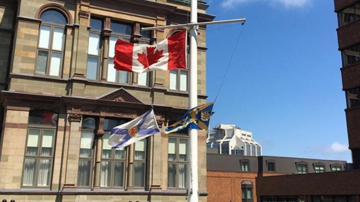 Les drapeaux de la place Grand Parade à Halifax sont en berne en soutien aux familles des victimes de la fusillade de Fredericton.