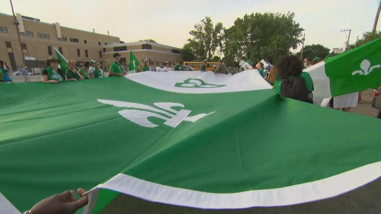 Un immense drapeau vert et blanc.